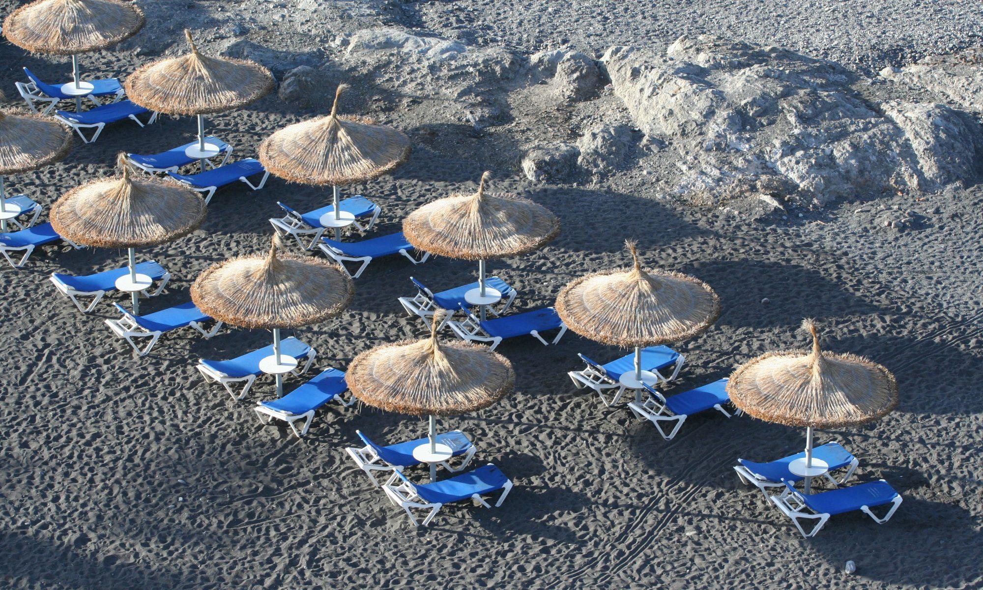 Liegen und Schirme am Strand